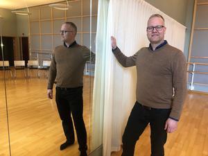 Mattias Johansson, lektor vid Örebro universitet, forskar om frigörande dans och dess effekter för välbefinnande. Mindre kroppsfixering är en hörnsten - alla speglar täcktes över när försöksgruppen provade på.
