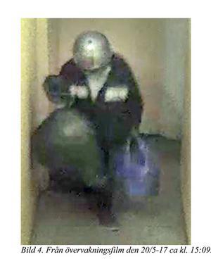 En person, som åklagaren menar är den misstänkte 54-åringen, syns på övervakningsbilder när han bär ut säckar från huset där Fatima Berggren hade sin lägenhet. Åklagaren menar att det är Fatima Berggrens kvarlevor han bär ut. Bild ur polisens förundersökning.