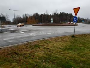 Rondell som korsar Riksväg 90 med Finmarksvägen och Ringvägen.  Foto: Per-Olov Törnkvist