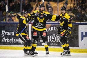 Kedjan med Daniel Öhrn, Marcus Bergman och Viktor Hertzberg låg bakom ett av målen i 5-2-segern mot AIK i premiären. Men efter det har det gått tyngre. Foto: Jesper Zerman / BILDBYRÅN
