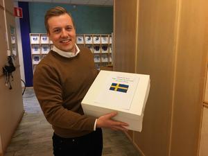 Frida Hansdotters sambo Richard Jansson med tårtan han köpt till sina närmaste medarbetare på Fagerstaföretaget Seco Tools för att fira OS-guldet. FOTO: Privat