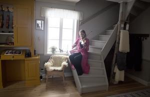 I huset har mycket material återanvänts från ett gammalt hus.