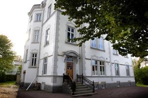 Den pampiga byggnaden i tre plan på Kungsbäcksvägen uppfördes år 1900 av Gävles storbyggmästare Nils Petter Andersson.