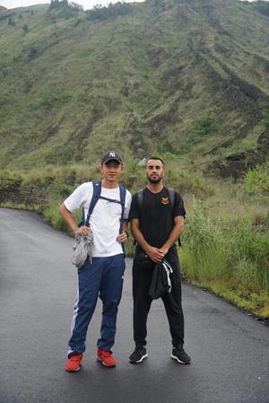 Brwa tillsammans med lagkamraten Sutanto Tan. ÖFK-kläderna fick följa med hela vägen till Sydostasien. Bild: Privat.
