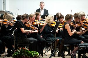 Borlänge Orkesterförening under ledning av Christer Paulsson inledde sin jubileumskonsert med Lille Bror Söderlundhs balettsvit Kejsarn av Portugallien.