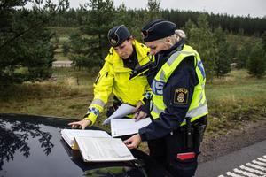 Jenny Stigsdotter, trafikpolis, och Emelie, polisaspirant, för protokoll över inrapporterade fortkörare med registreringsnummer och farter. Materialet är viktigt som bevisföring, om förare överklagar.