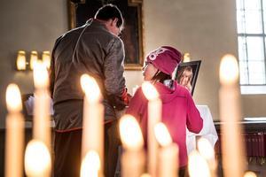 Kyrkan i Järvsö var upplyst av ljus som besökare tänt till minne av den folkkäre artisten Barbro