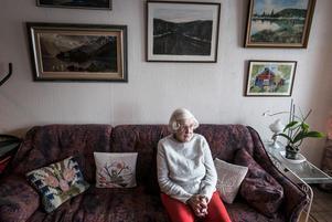 Siv Persson, 86, bor ensam på Krondikesvägen i Östersund. Hon har inga anhöriga i närheten och känner sig isolerad i lägenheten. Hemtjänstpersonalen blir den enda dagliga kontakten hon får med människor, men de är oftast stressade.