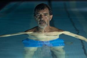 Antonio Banderas gör en lysande insats som den åldrande regissören Salvador i Pedro Almodóvars film