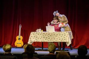 Tess Paulsen, sittande och Åsa Karlin i en scen ur