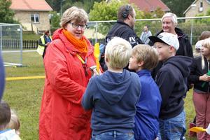 Kommunstyrelsens ordförande (C), Carola Gunnarsson, med grävsugna Ranstaelever.