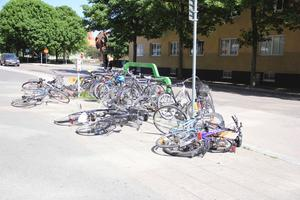 De välta cyklarnas stad. Många tog sig in till centrum med cykel, men den hårda blåsten vräkte därefter omkull många av dem.