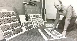 Sven Engvall, Västerås arbetarkommun, med några av de plakat som kommer att bäras i demonstrationståget mellan Stora Torget och Folkets Park 1 maj 1978.