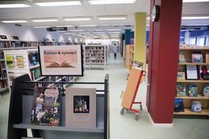 Biblioteket i Järna ligger en trappa ner i en byggnad på Storgatan. I framtiden hoppas Helena Gomér att biblioteket delar lokaler med Järnas kultur- och föreningsliv.