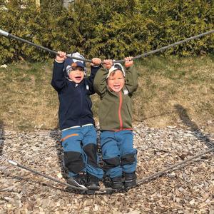 Hedersomnämnande. Uffe och Ebbe är glada att slippa vinterkläderna. Vi känner igen känslan av att slippa overallen. Fotograf: Wanna Humble