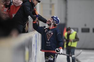 Daniel Mossberg snackar med fansen efter midsommarderbyt.