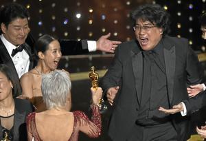 Bong Joon Ho, till höger, reagerar när han tar emot priset för bästa film för Parasit från Jane Fonda på Oscarsgalan natten till måndagen. Foto: AP Photo/Chris Pizzello