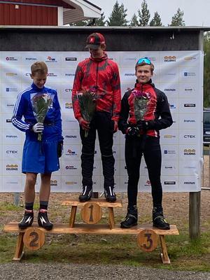 Prispallen i H14-15 från söndagens sprinttävlingar. 1.a Leo Kristiansson, Dala-Järna IK 2:a Harald Eriksson, Dala-Järna IK 3:a Nils Danneskog, Sundsvall Biathlon