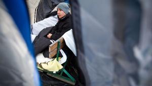 Utanför Slottegymnasiet har Ahmad Mohammadi slagit upp ett tält. Där sover han och hungerstrejkar för att få ett besked av Migrationsverket.