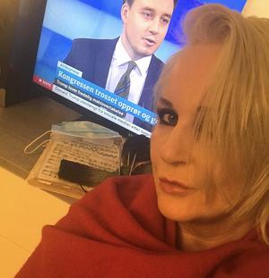 Under karantänen håller Iréne Theorin ständig koll på tv:s uppdateringar kring pandemin och smittoläget.