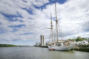 Det vackra segelfartyget HMS Falken väckte stor uppmärksamhet under tiden hon låg förtöjd vid Stugsundskajen.