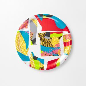 Studenten Udo Haruka från Japan har skapat ett nytt mönster inspirerad av Josef Frank som bland annat trycks på brickor.Foto: Stina Stjernkvist / TT