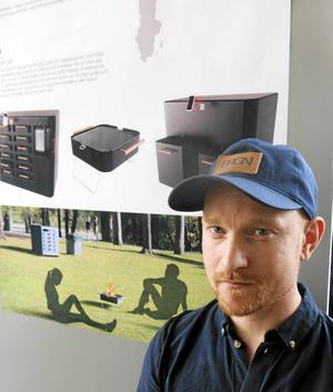 """Hyr en engångsgrill. Fredrik Palmebäck – BQR: En halv miljon engångsgrillar importeras, säljs, används och kastas i Sverige varje år. Företeelsen belastar miljön med 69,75 ton koldioxidutsläpp. """"Det är inte bra någonstans"""", säger Fredrik Palmebäck. Han har designat ett grilluthyrningssystem som kan placeras i parker och offentliga platser. Ett cirkelsystem där grillen kan hyras flera gånger. Grillen låses upp genom en app och en qr-kod och efter användande och återlämnande sker en transaktion på registrerat betalkort. BQR har ett system som låser sig vid brandfara, kan förflyttas och går att ta upp och tömma på kol."""