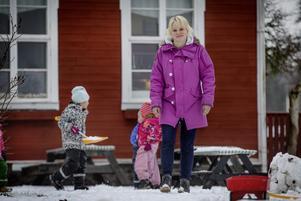 Här ute bland barnen på förskolan trivs Therese Lejtorp.