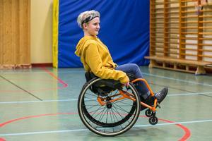 """Josefina balanserar lätt och länge på två hjul. """"Ska man kunna passera trösklar, köra på grus och på mjuka underlag så måste man kunna köra på bakhjulen""""."""