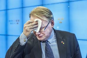 Hultqvist fick det svettigt när han tidigare i våras kritiserades för sin ovilja att genomföra Försvarsberedningens förslag.
