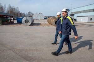 Platschefen och försäljningsdirektören Hans Åkerblom (närmast) och Jonas Löfberg, produktions- och underhållschef, är optimistiska inför framtiden. Fler nyanställningar väntar.