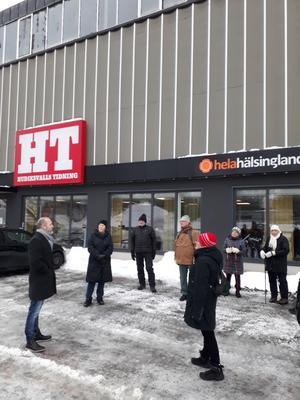 Mattias Guander informerar PRO utanför HT:s lokaler. Bild: Maj-Britt Norlander.