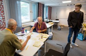 Rösträknarna Peter Krejci och Lars Westberg arbetar med ett av Örebros valdistrikt. Här tillsammans med Sten Renglin.