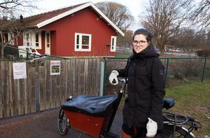 Elin Allard, Sala, tycker att det är helt okej att föräldrar själva betalar för barnens blöjor på förskolan.