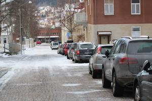Här längs Residensgränd är det populärt att  stå med sin bil. Men så kostar det också bara två kronor timmen. Men nu höjs avgiften till en femma från och med mars är tanken.