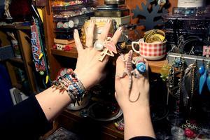 Ringar har blivit en favorit och de med ödlor är populära.