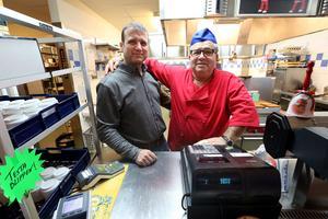 Roy Abboud till vänster är ny ägare till restaurang Gästabudet. Vincenzo Alvarez lämnar över efter 18 år.