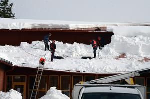 Omedelbart på onsdagen började man skotta av taken på gymnasieskolan i Vansbro.
