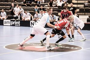 Forne IBF:aren Patrik Malmström och hans Lindås får utstå hård kritik efter 2–15-förlusten mot IBF Falun.