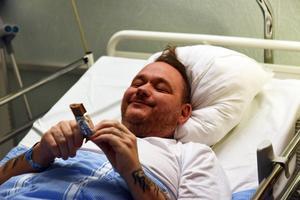 Patrik beskriver sig själv som en godisgris och uppskattar att han ätit mer än fem kilo godis hittills under sjukhusvistelsen.