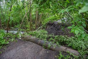 Av allt att döma har vägtrumman under skogsstigen brustit och vattnet har grävt av den lilla vägen mellan Floravägen och Gamla Norbergsvägen. Foto: Niklas Hagman