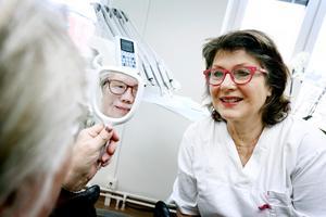 Gun-Britt Johansson är nöjd med sin nya näsa. Anaplastologen Kerstin Bergström har precis fäst den nya protesen med clips i en barkonstruktion som sitter fast i implantatet som opererades in redan 2002.