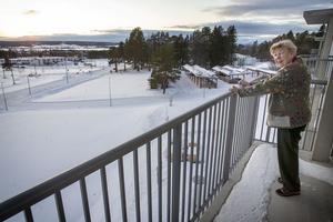 Elsa Åsberg blickar ut från sin balkong på översta våningen i trygghetsboendet Stallmästaren.