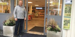 Butikschefen Anders Melin kan nu öppna dörren till Skärgårdsmacken igen, efter ett halvårs renovering.