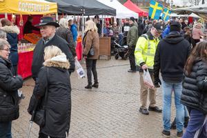 Många hade letat sig ut på Stora torget och marknaden i Köping.