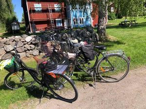 Vilande cyklar i väntan på avfärd mot Delsbo.