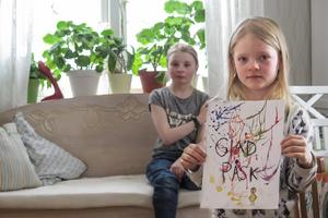 Storasyster Stella i bakgrunden tecknar och målar mycket mer än Milly, och hoppas på vinst under något av de år hon har kvar att vara med i Påsk i färg.
