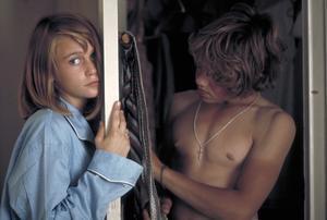 De älskande Annika (Ann-Sofie Kylin) och Pär (Rolf Sohlman) i Roy Anderssons
