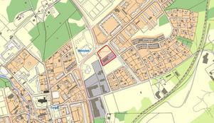 Här är området där det finns planer på att bygga flerbostadshus, sydväst om Norbergs bibliotek på andra sidan av riksväg 256. Bild: Västmanland-Dalarna miljö- och byggförvaltning