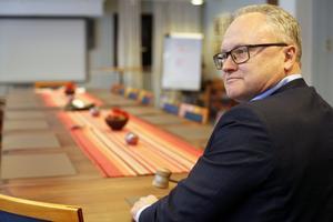 Glenn Nordlund provhåller ordförandeklubban i sammanträdesrummet Furan. Han har många års vana från kommunstyrelsen i Örnsköldsvik och från Kommunförbundet.